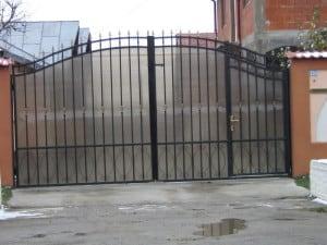 Poarta cu portita mica inclusa pe cadru principal