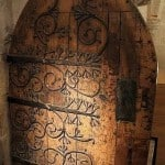 Usa decorata din balamale